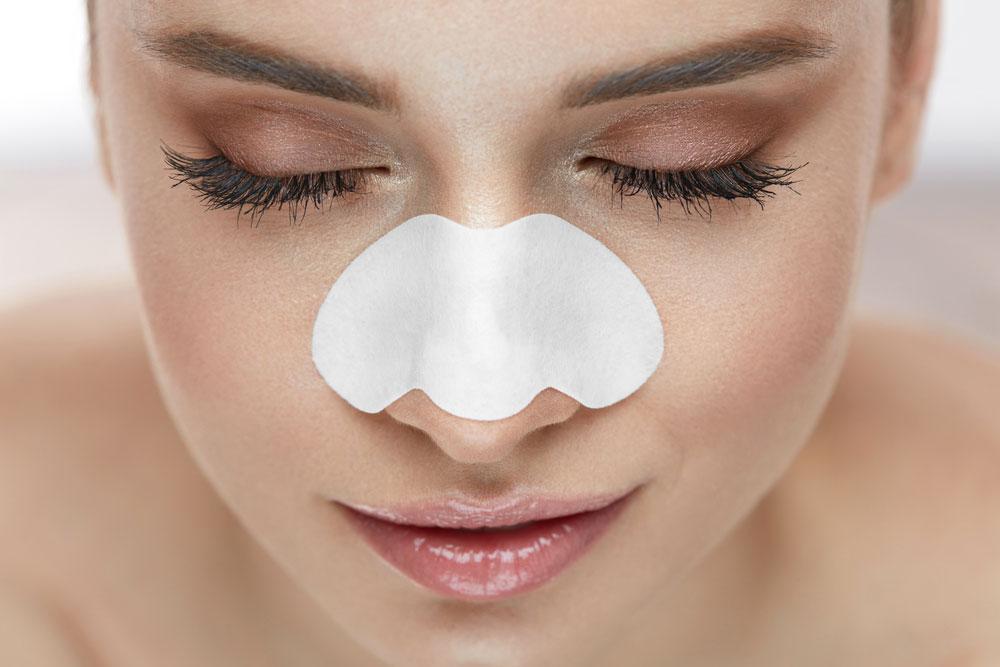 角栓を小鼻パックでケアする女性