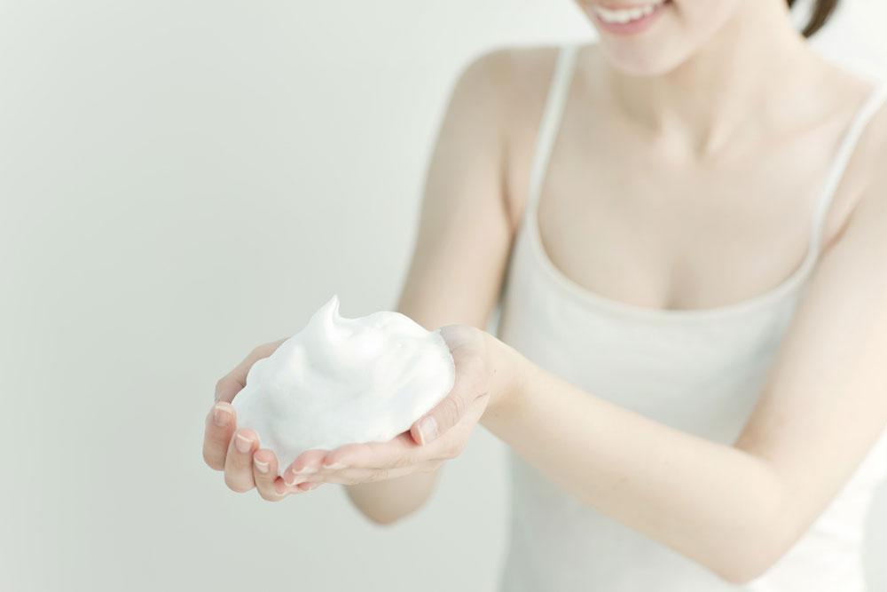 泡立ちのいい、皮脂吸着効果の高い洗顔を使う